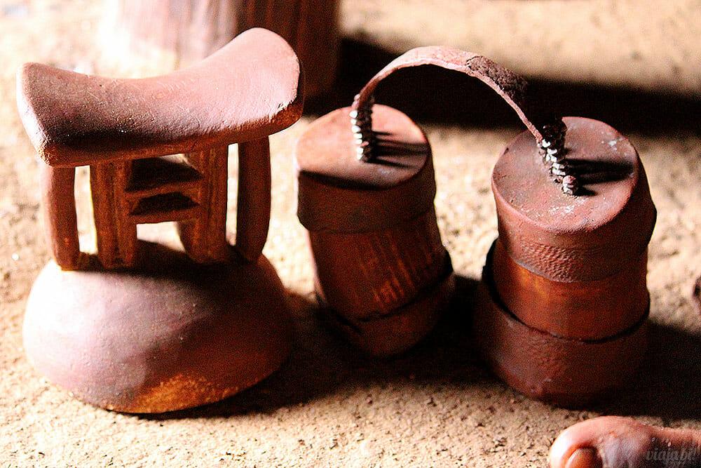 Travesseiro dos homens e bolsa de cosméticos das mulhers na tribo Himba, na Namíbia - Foto: Viaja Bi!