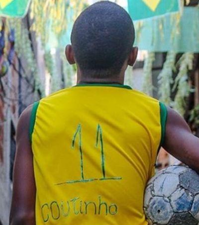 Philippe Coutinho se emociona e grava vídeo para garoto que improvisou camisa