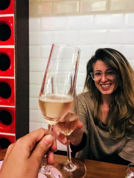 Um brinde ao vinho à vontade, meu povo!