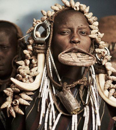 Fotógrafo registra mais de 50 tribos e culturas ameaçadas de extinção pelo mundo
