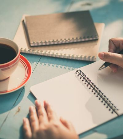Escrever sobre coisas positivas diminui estresse e ansiedade, aponta pesquisa