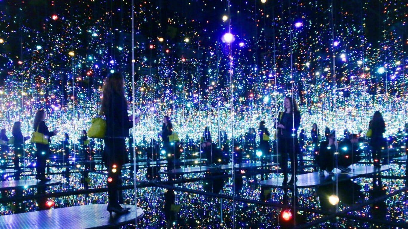 O espelho infinito de Yayoi Kasuma é um sucesso por onde passa
