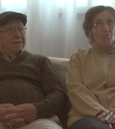 Após perder tudo em incêndio, casal de avós ganha novos momentos em casamento surpresa