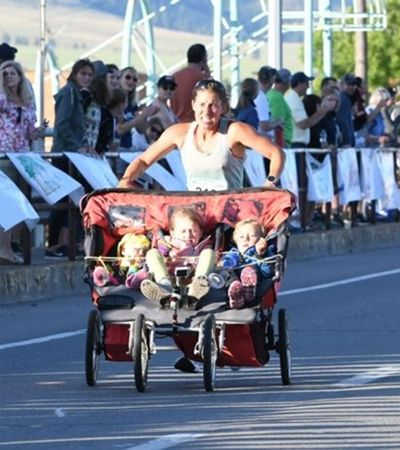 Esta mãe correu uma meia maratona empurrando os filhos