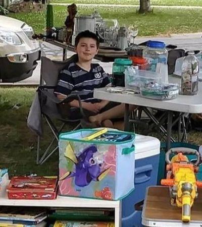 Garotinho põe brinquedos à venda para pagar tratamento de seu cachorro doente