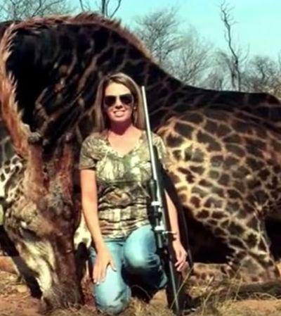 Foto de caçadora norte-americana ao lado de girafa africana rara gera revolta nas redes