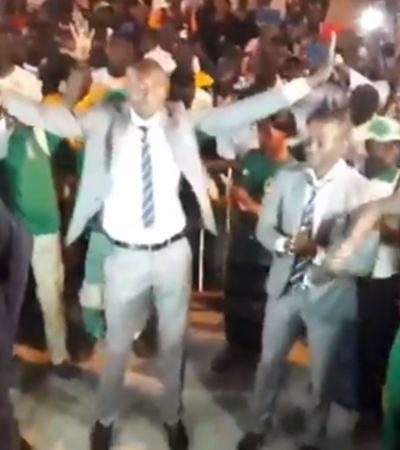 Árbitro tem recepção digna de campeão do mundo em aeroporto do Senegal