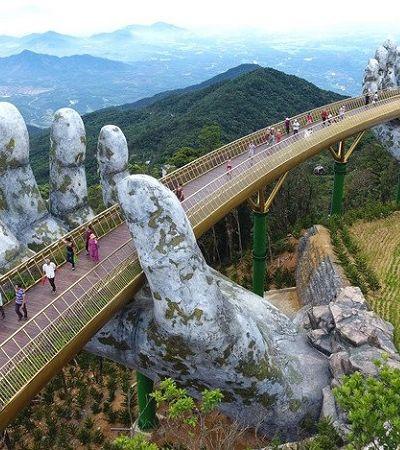A incrível ponte que te permite caminhar entre as nuvens amparado por mãos gigantes