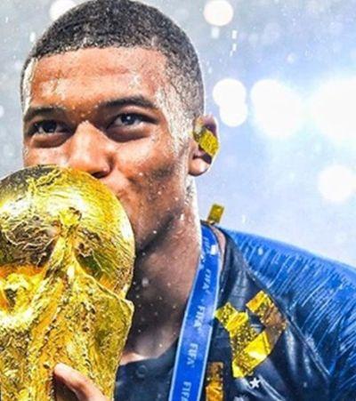 Pelé 'brinca' com Mbappe no Twitter e o francês o responde da forma mais fofa possível