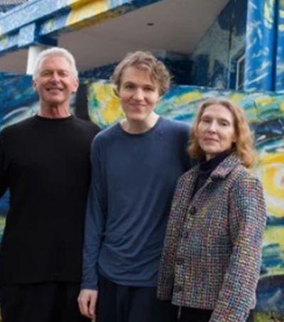 Para que filho autista se localize, pais pintam casa como a 'Noite Estrelada' de Van Gogh