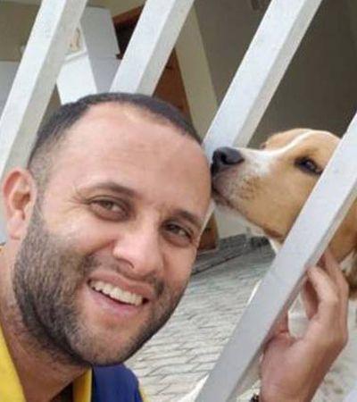 Este carteiro é sucesso na internet com selfies com seus amigos caninos