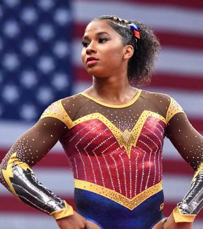 Vestida como Mulher Maravilha, ginasta dá show de habilidade nos EUA