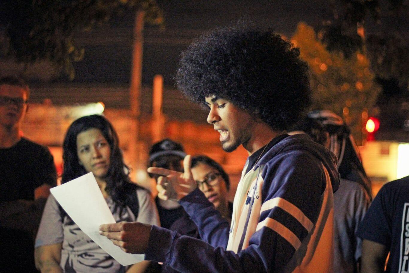 Matheus de Araujo cria da favela Rubens Vaz, no Sarau de Escritório