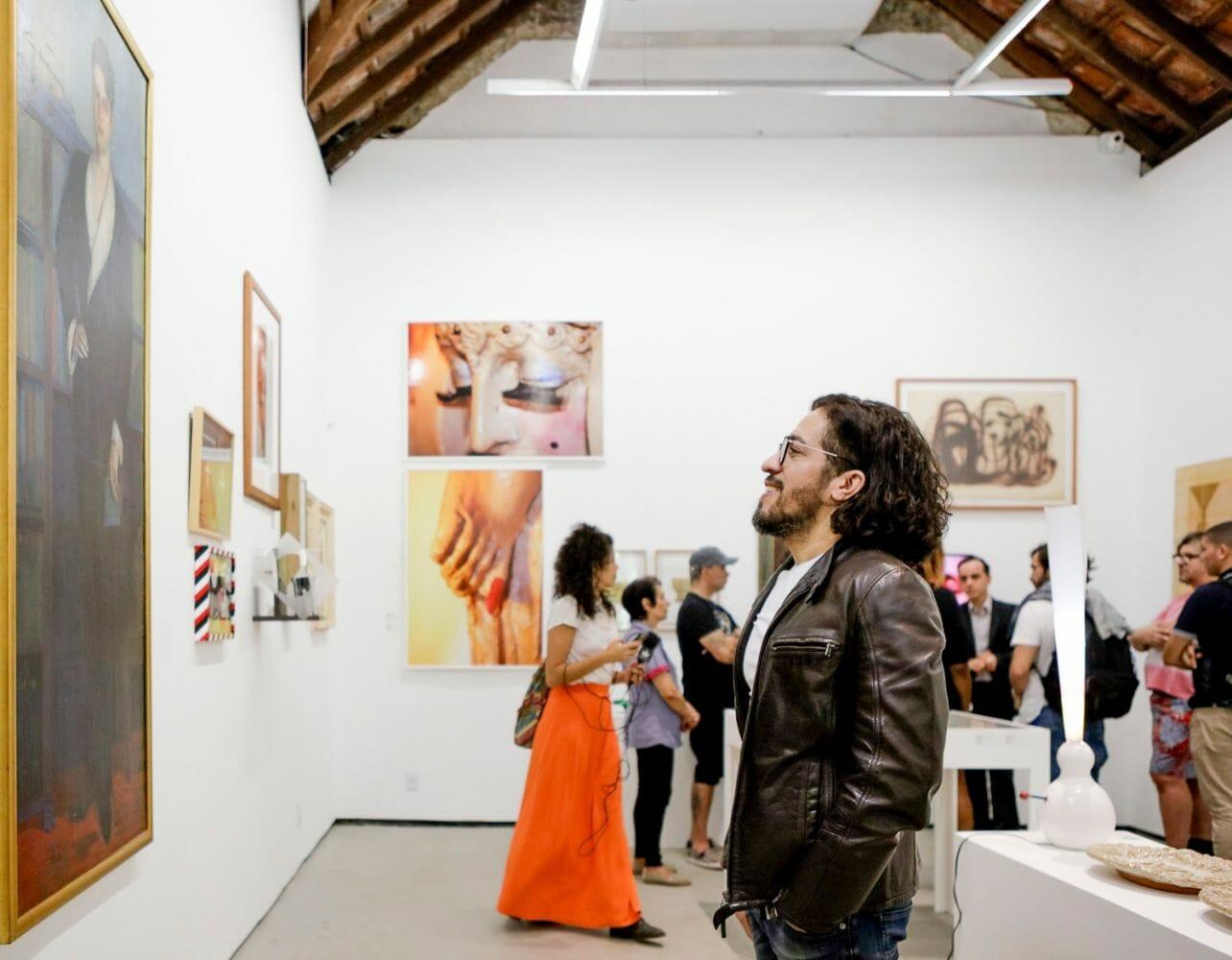 Jean Wyllys visita a mostra Queermuseu