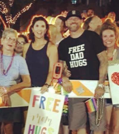 Pessoas rejeitadas pelas famílias por serem gays ganham 'abraço de mãe' de desconhecidos