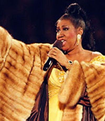 Sobrinha quer doar casacos de pele de Aretha Franklin para e refugiados e cães de rua