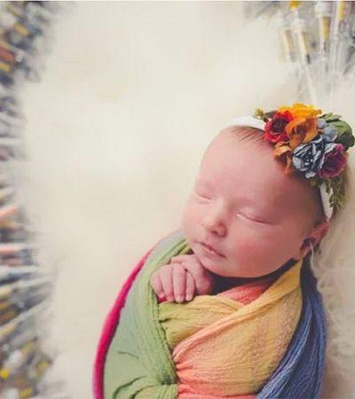 Foto de recém nascido cercado por coração de seringas viraliza pelo melhor motivo