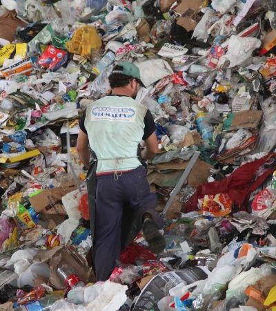 Programa troca lixo reciclável por dinheiro em Santos