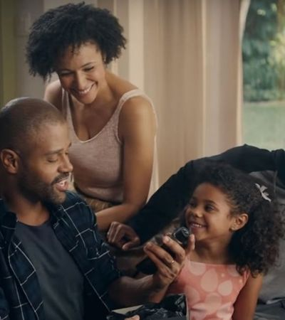 Pela primeira vez, cabelos lisos perdem o protagonismo na publicidade brasileira