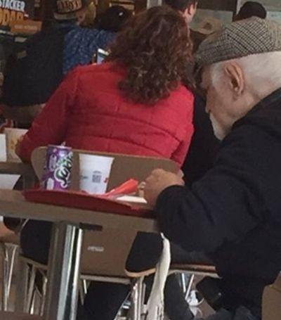 Ele fez companhia para idoso que almoçava sozinho e encheu a internet de amor