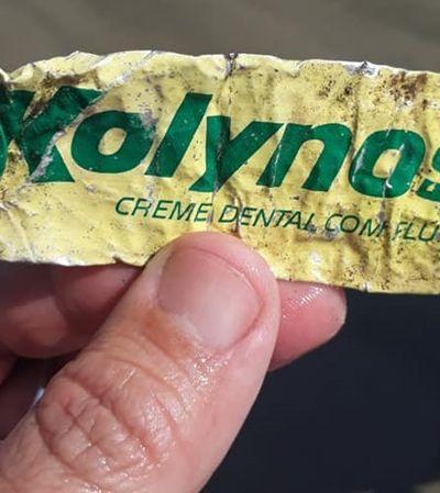 Ele foi dar uma volta na praia e encontrou uma embalagem de Kolynos de mais de 20 anos
