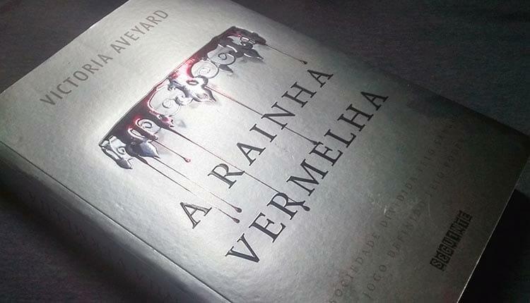 """""""A Rainha Vermelha"""" ou """"Red Queen"""" é um livro de fantasia para jovens escrito pela autora americana Victoria Aveyard"""