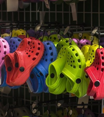 Após plataforma e salto alto, Crocs anuncia fechamento de sua última fábrica
