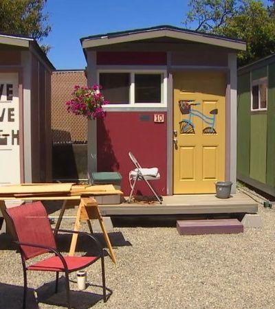 Vila de mini casas erguidas por voluntárias para abrigar mulheres em situação de rua
