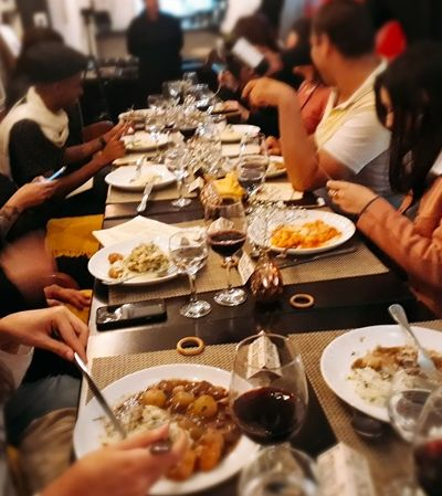 Conheça o Jantar Mistério: aqui você tem que desvendar um 'crime' enquanto saboreia um bom prato