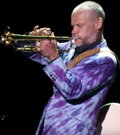 Flea, do Red Hot Chili Peppers, faz show de um homem só tocando baixo e trompete