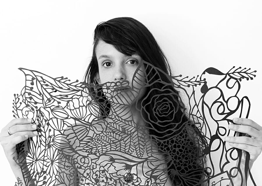 Ariádine começou de forma autodidata a trabalhar com papper cutting