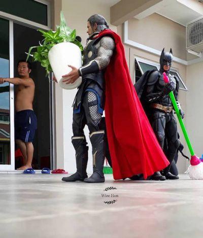 Este cara usa a perspectiva para criar cenas incríveis com bonecos de super-heróis