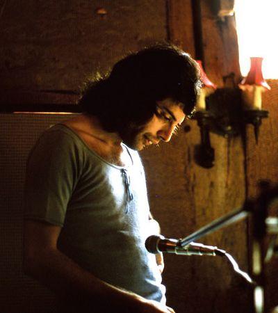 Guitarrista do Queen divulga fotos inéditas com Freddie Mercury em livro