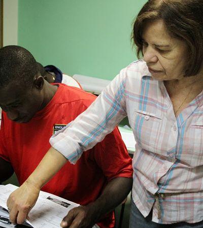 Aposentada ensina português e 'adota' imigrantes africanos como filhos em SP