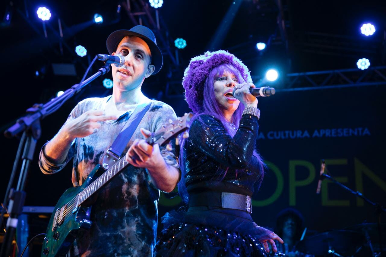 Pedro Baby e Baby do Brasil sobrem juntos ao palco