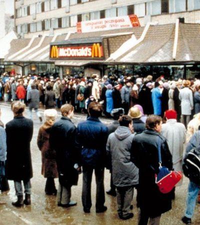 A surreal inauguração do primeiro McDonald's em Moscou nos anos 1990