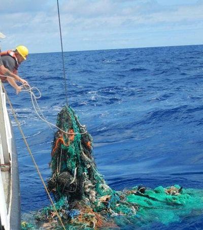 Dispositivo de limpeza do inventor de 24 anos deve remover 80 mil toneladas de plástico do Pacífico