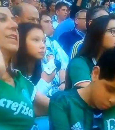 No estádio, mãe 'narra' Palmeiras x Corinthians para filho deficiente visual