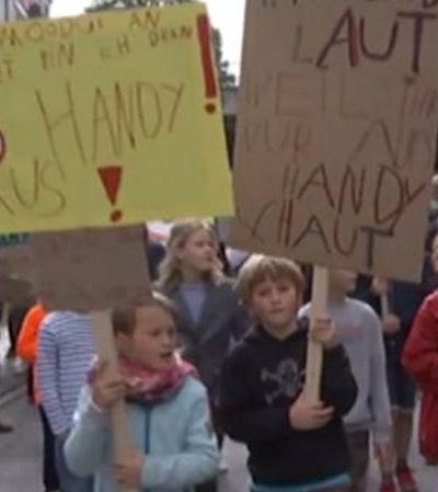 'Brinquem comigo, não com os celulares', crianças protestam contra vício dos pais