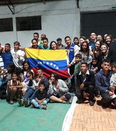 Moradores se reúnem em aeroporto para receber imigrantes venezuelanos