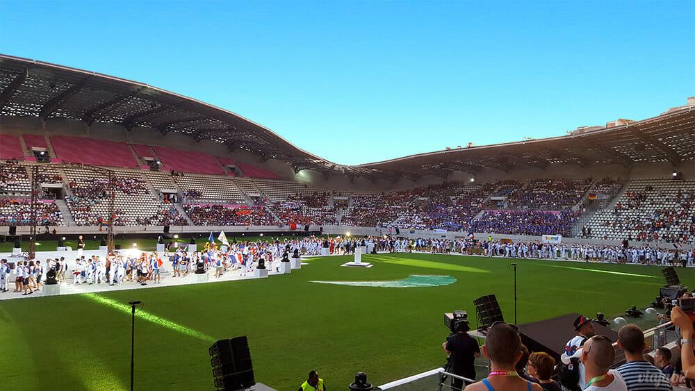 Os atletas do Gay Games Paris 2018 entraram no estádio e depois se acomodaram nas arquibancadas - Foto: Rafael Leick / Viaja Bi!