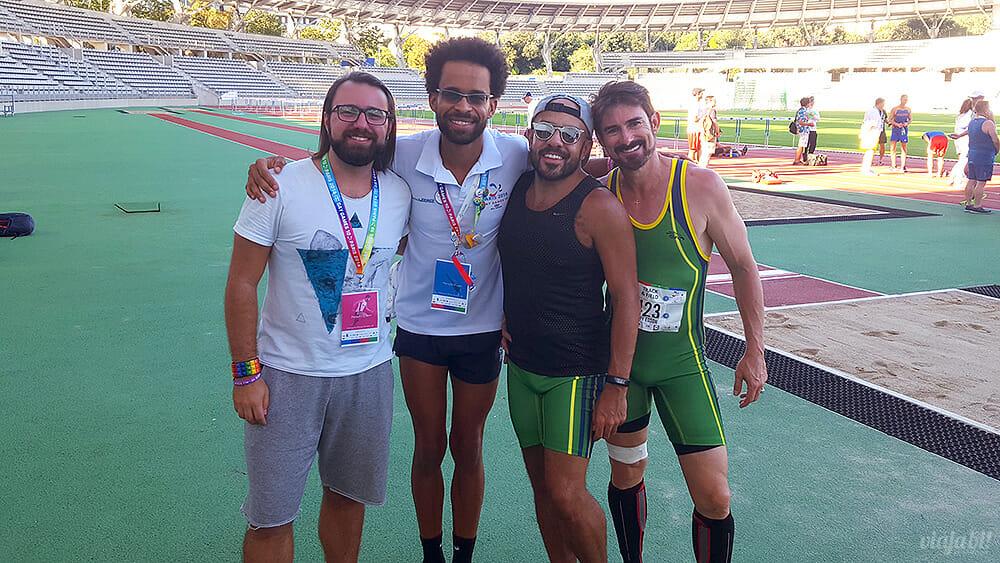 Eu com os atletas Diogo Oliveira, Fábio Lemes e Jerry da Costa, todos medalhistas no Gay Games - Foto: Rafael Leick / Viaja Bi!