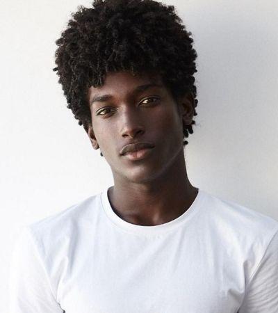 17 anos, negro e baiano: Gabriel vendia salgadinhos com a mãe e agora desfila no SPFW