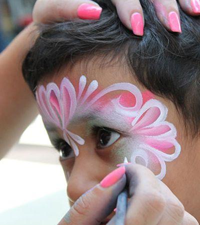 Palhaça ensina lição a mãe que proibiu o filho de ter borboleta pintada no rosto