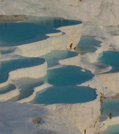 As maravilhosas piscinas termais da Turquia parecem um spa criado pela natureza