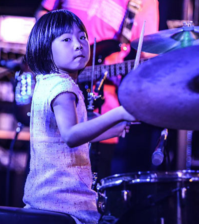 Esta garotinha é uma instrumentista de mão cheia e quer se tornar a melhor baterista do mundo