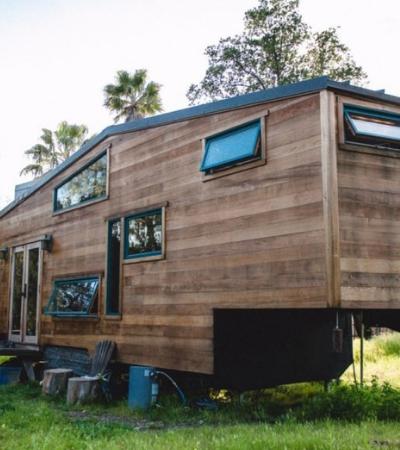 Conheça a incrível casa sob rodas, feita de madeira recuperada e movida a energia solar