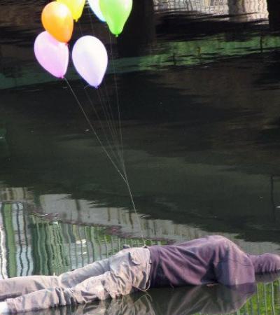 Artista espalha provocativas esculturas urbanas feitas com manequins