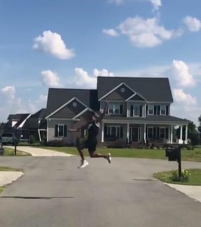 Jogador de basquete viraliza ao atravessar a rua 'voando'