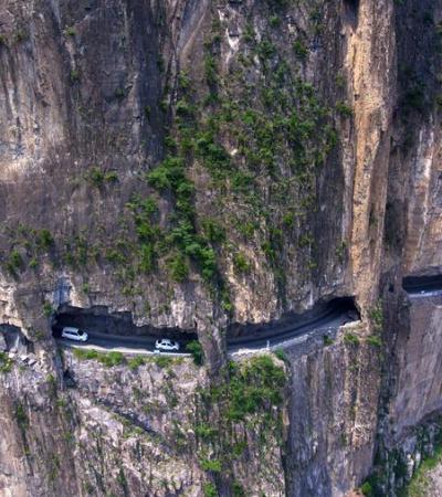 Moradores de vilarejo afastado constroem estrada entre falésia com as próprias mãos